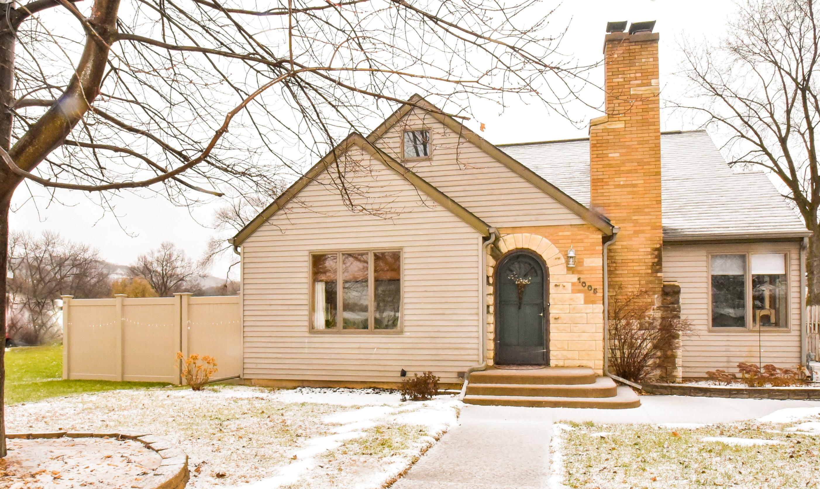 1005 Losey Blvd S<br /> La Crosse,La Crosse,54601,3 Bedrooms Bedrooms,2 BathroomsBathrooms,Two-family,Losey Blvd S,1618357