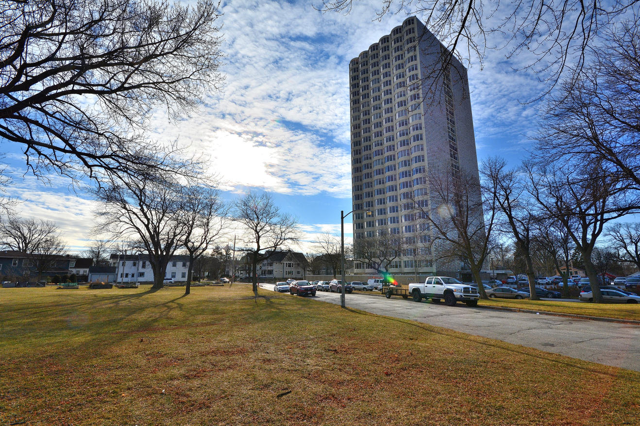 2525 Shore Dr, Milwaukee, Wisconsin 53207, 1 Bedroom Bedrooms, 3 Rooms Rooms,1 BathroomBathrooms,Condominium,For Sale,Shore Dr,1722475