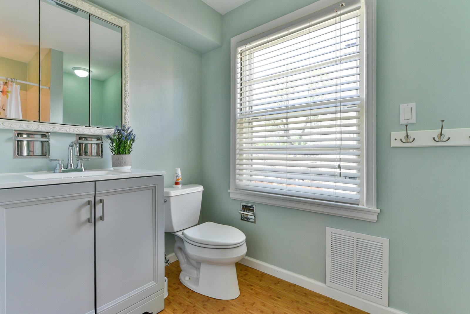 5509 Santa Monica Blvd, Whitefish Bay, Wisconsin 53217, 4 Bedrooms Bedrooms, 9 Rooms Rooms,2 BathroomsBathrooms,Single-family,For Sale,Santa Monica Blvd,1722815