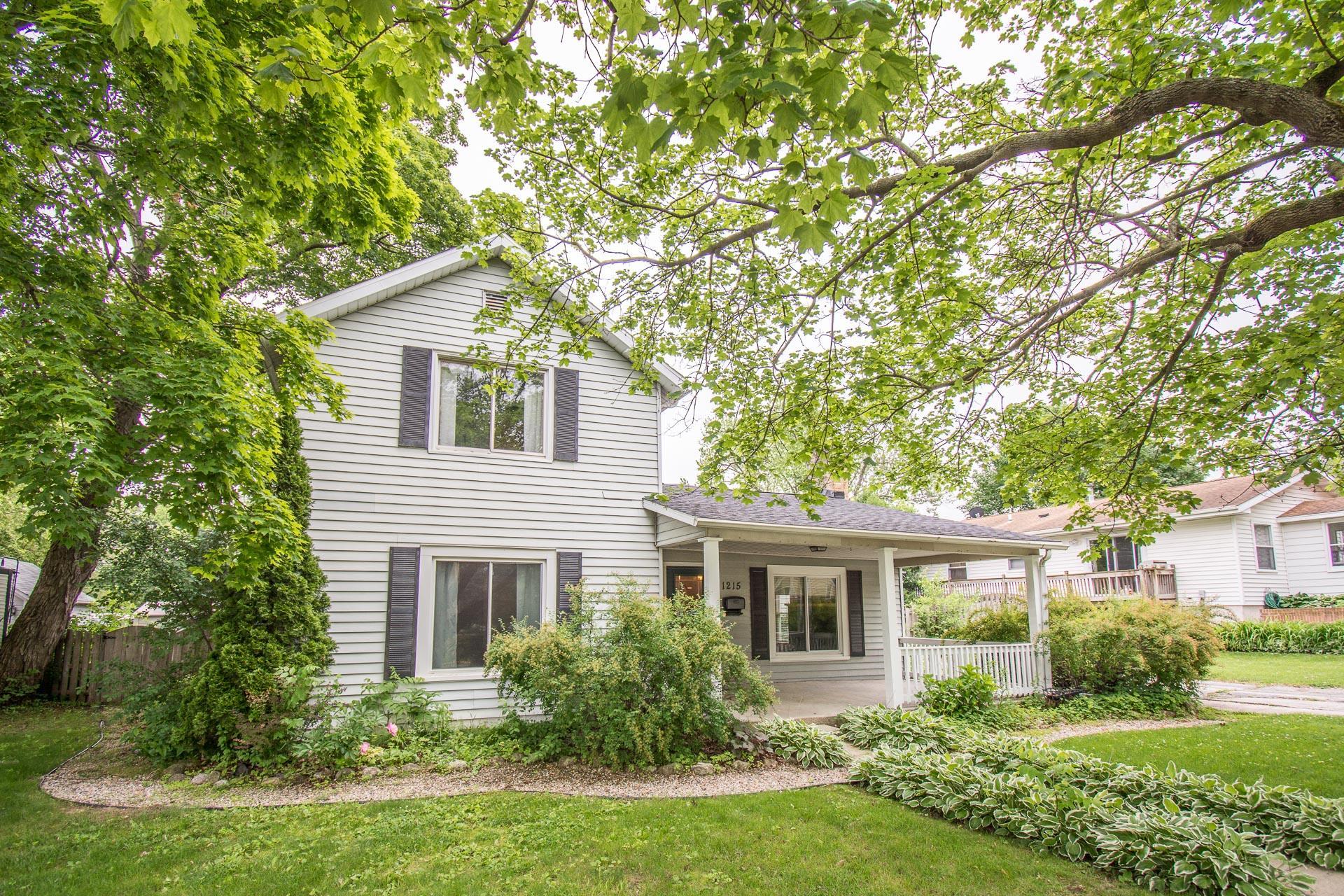 1215 Center St, Lake Geneva, Wisconsin 53147, 4 Bedrooms Bedrooms, ,1 BathroomBathrooms,Single-family,For Sale,Center St,1723198