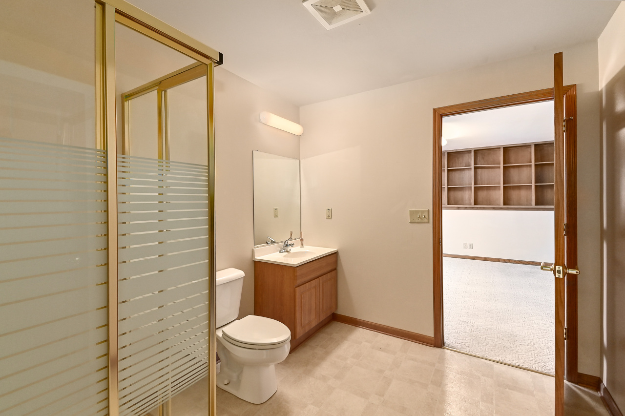 LL Full Bath off Bedroom 5