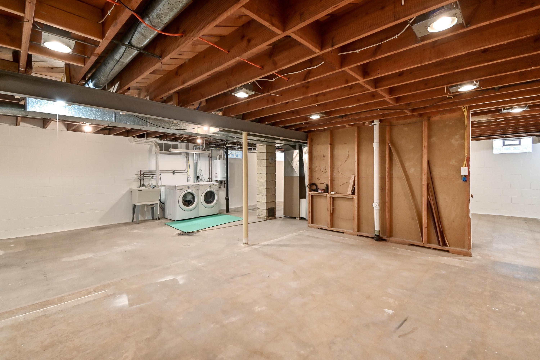 HUGE/Clean basement w/high ceilings