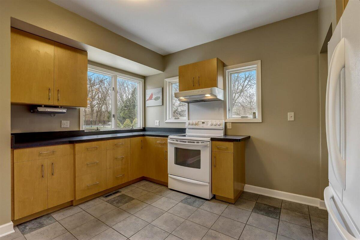 Lots of windows in Kitchen