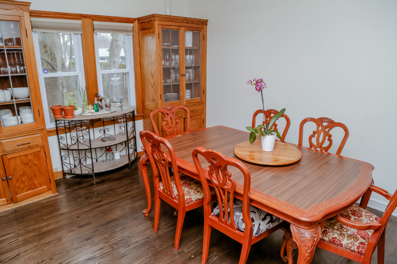 Dining Room w Built Ins