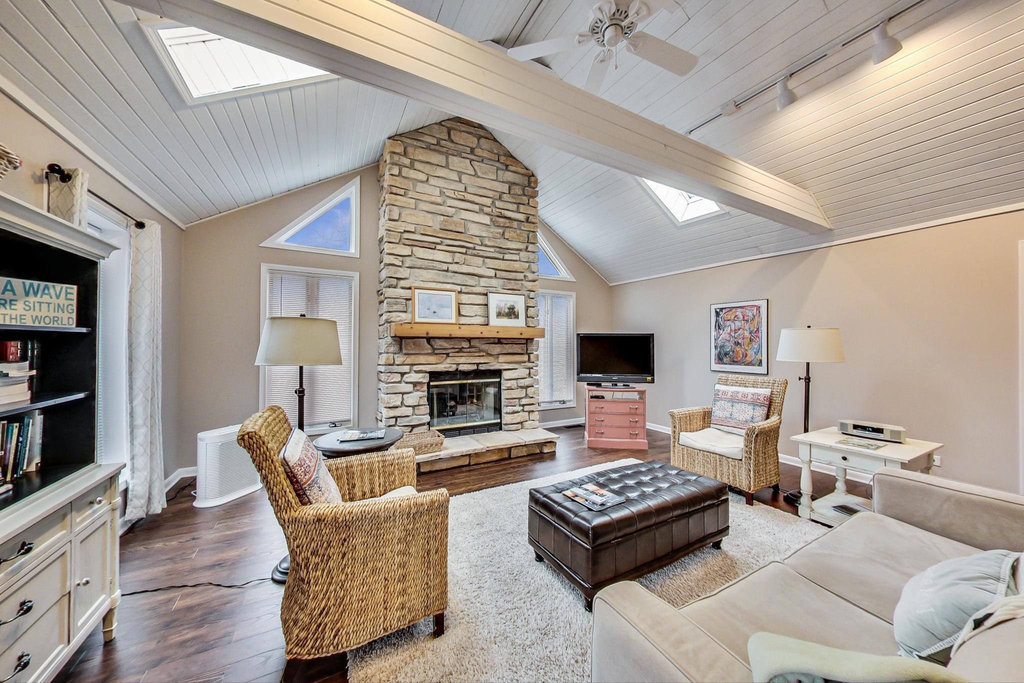 742 Geneva Lane - Vaulted ceilings