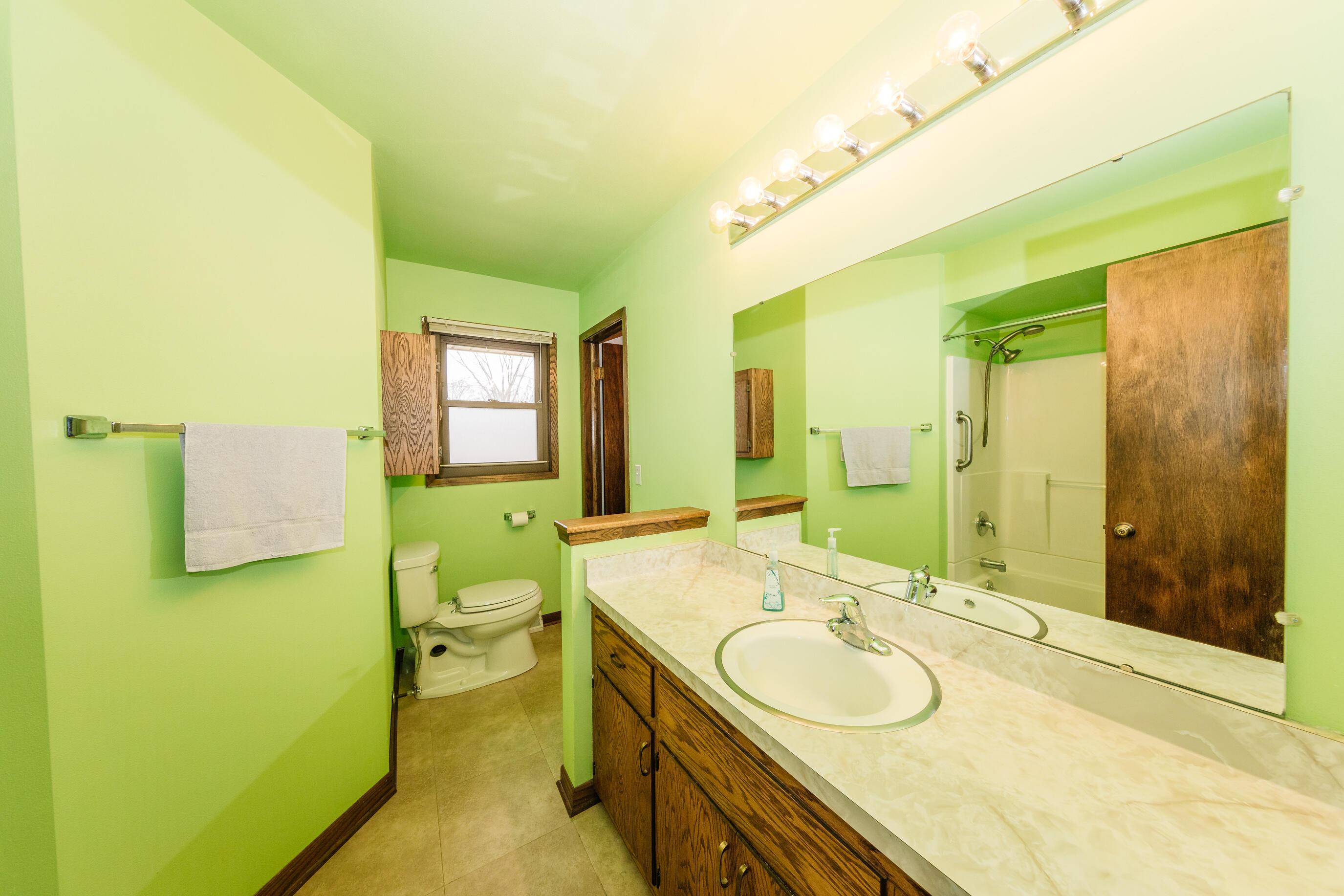 Main Bath- dual entry