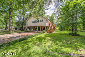 101 Hickory Ln, Lucedale, MS 39452