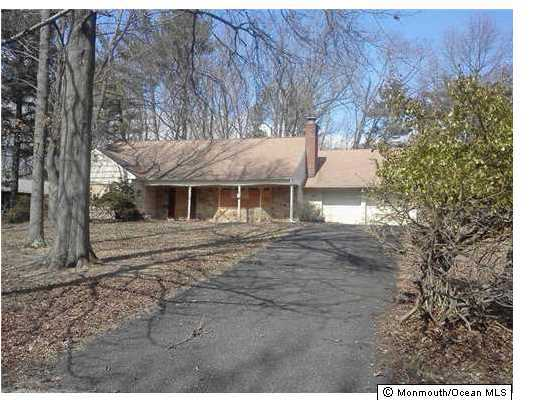 Photo of home for sale at 43 Livingston Lane Lane, Manalapan NJ