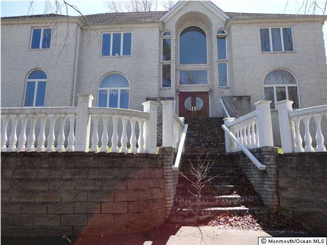 Photo of home for sale at 4 Chestnut Hill Drive Drive, Manalapan NJ