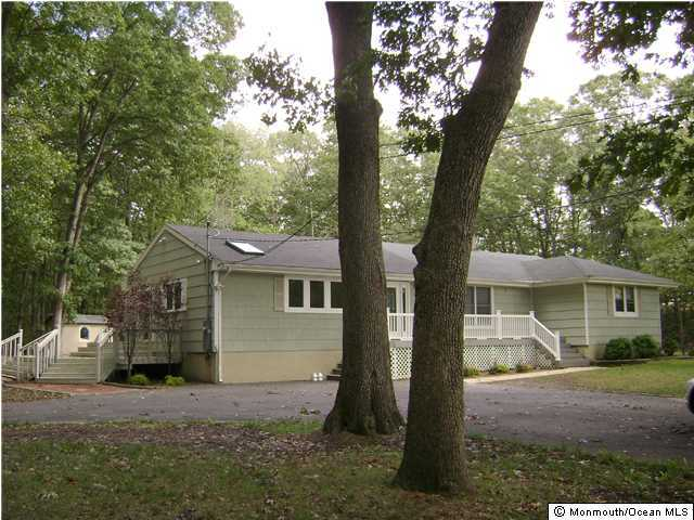 Photo of home for sale at 3910 Herbertsville Road Road, Wall NJ