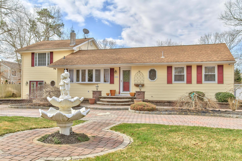 Photo of home for sale at 289 Oak Avenue Avenue, Manahawkin NJ