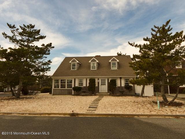 Photo of home for sale at 203 Dune Avenue Avenue, Mantoloking NJ