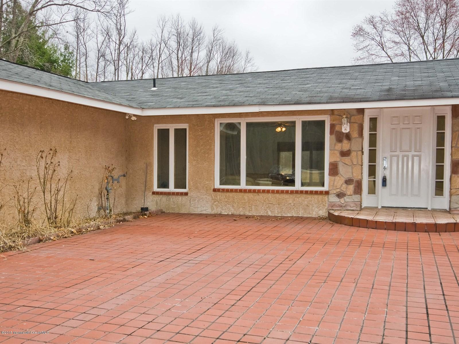 Photo of home for sale at 20 Parkside Way Way, Perrineville NJ