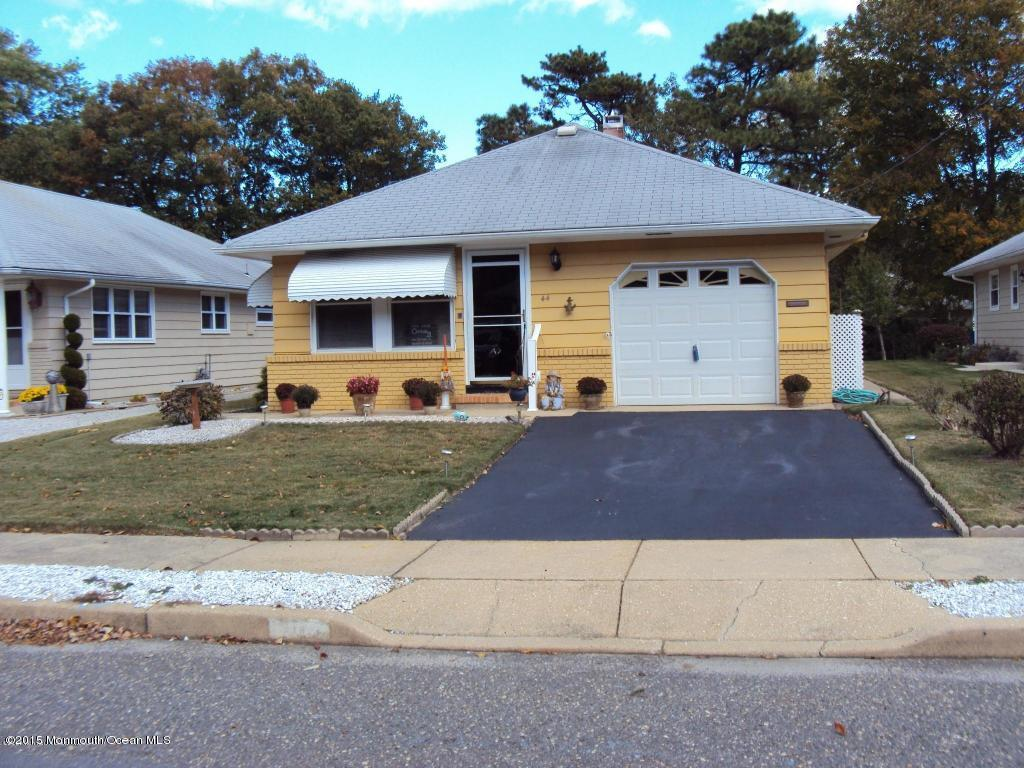 Photo of home for sale at 44 Mount Matterhorn Lane Lane, Toms River NJ