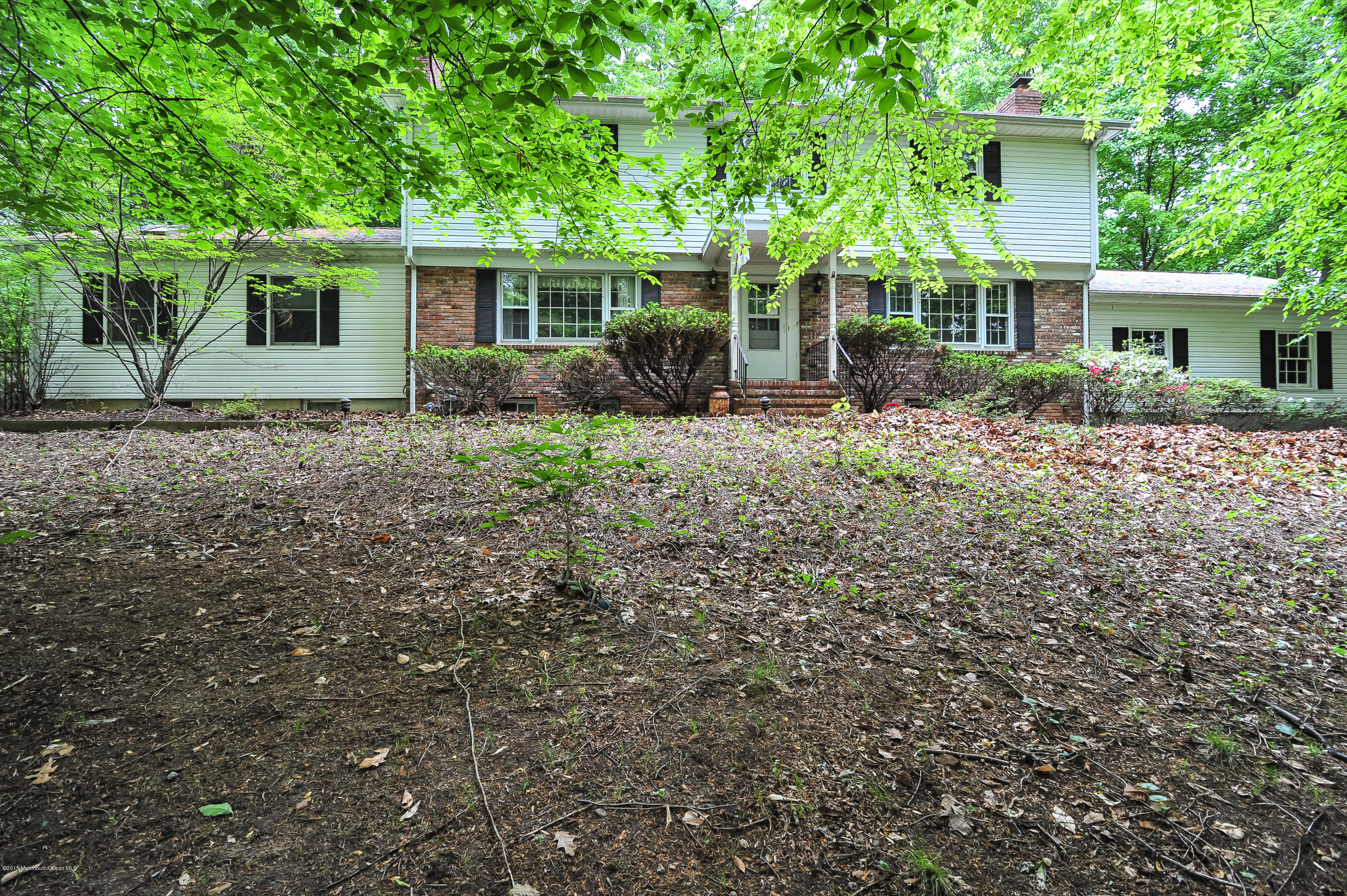 Photo of home for sale at 16 Parkway Place Place W, Holmdel NJ