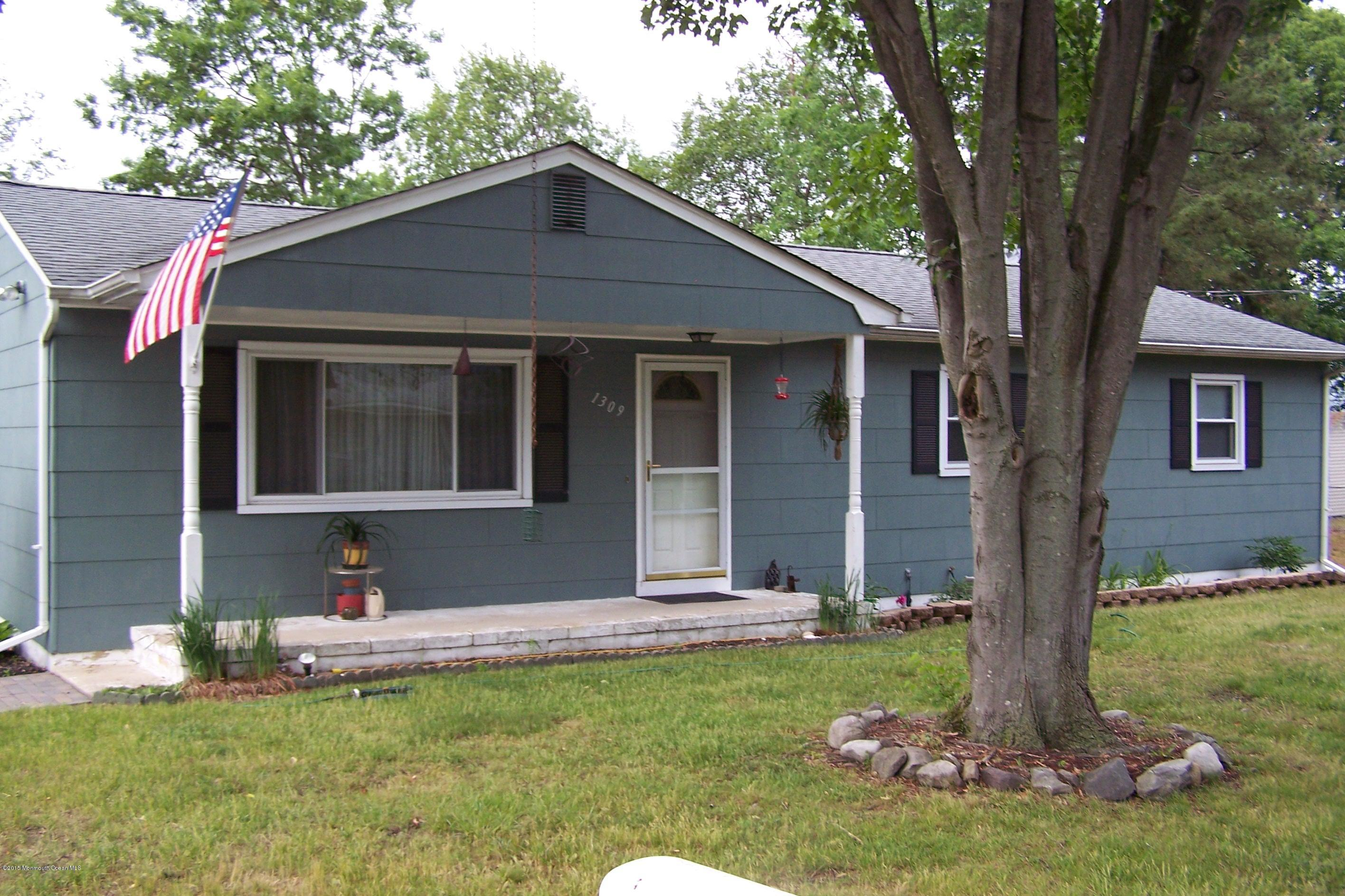 Photo of home for sale at 1309 10th Avenue Avenue, Toms River NJ