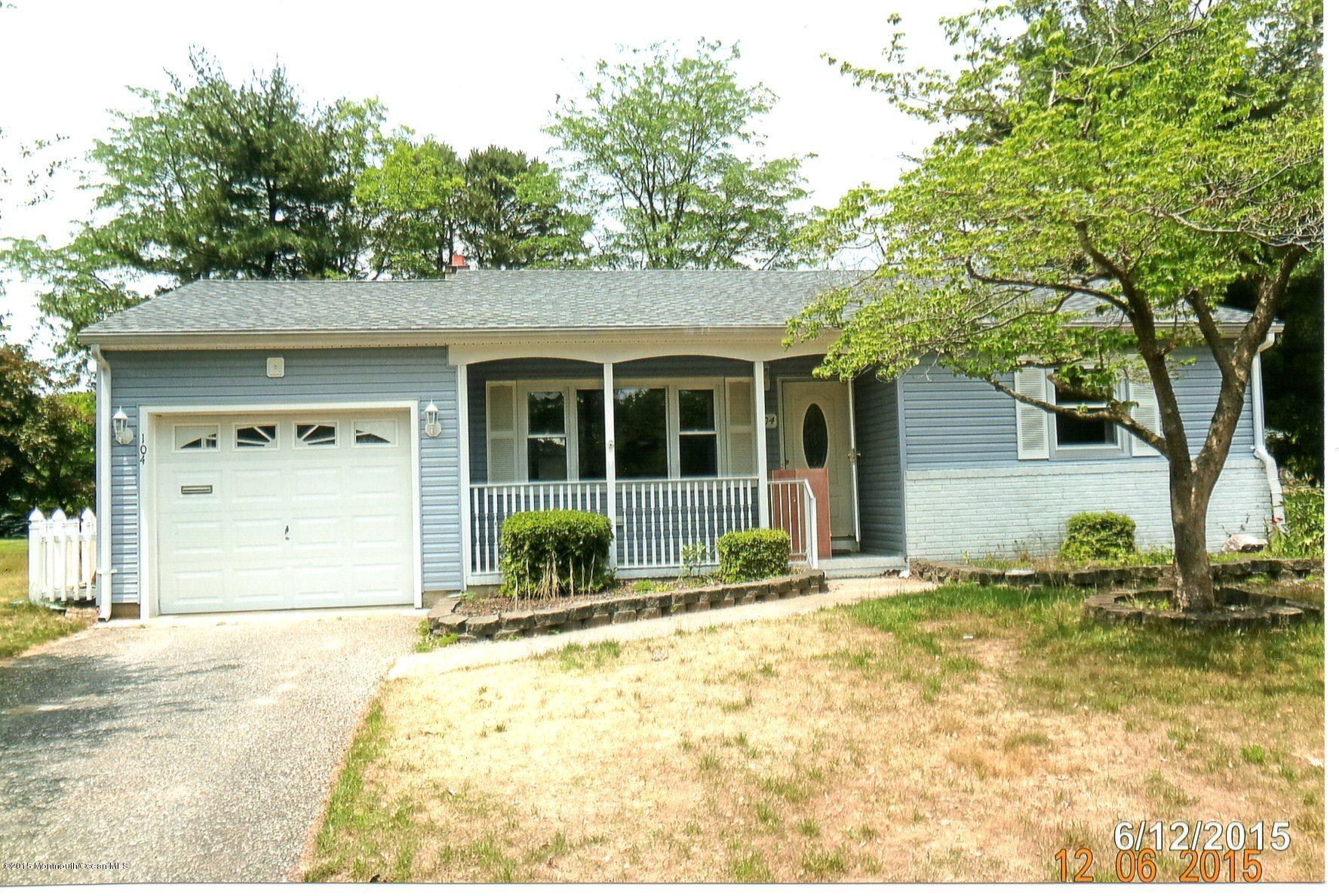 Photo of home for sale at 104 Chamberlain Court Court, Toms River NJ