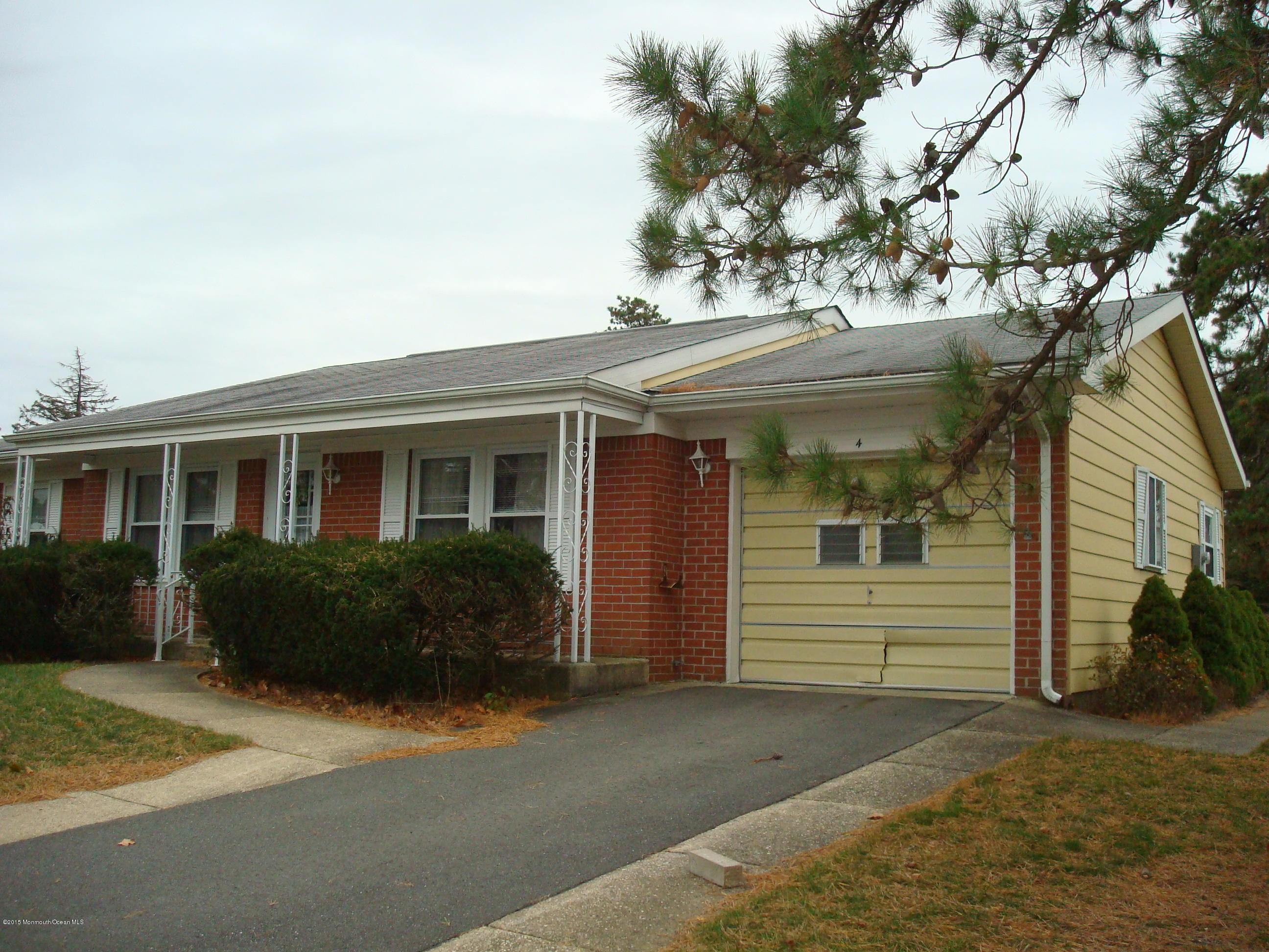 Photo of home for sale at 4 Monmouth Lane Lane, Whiting NJ