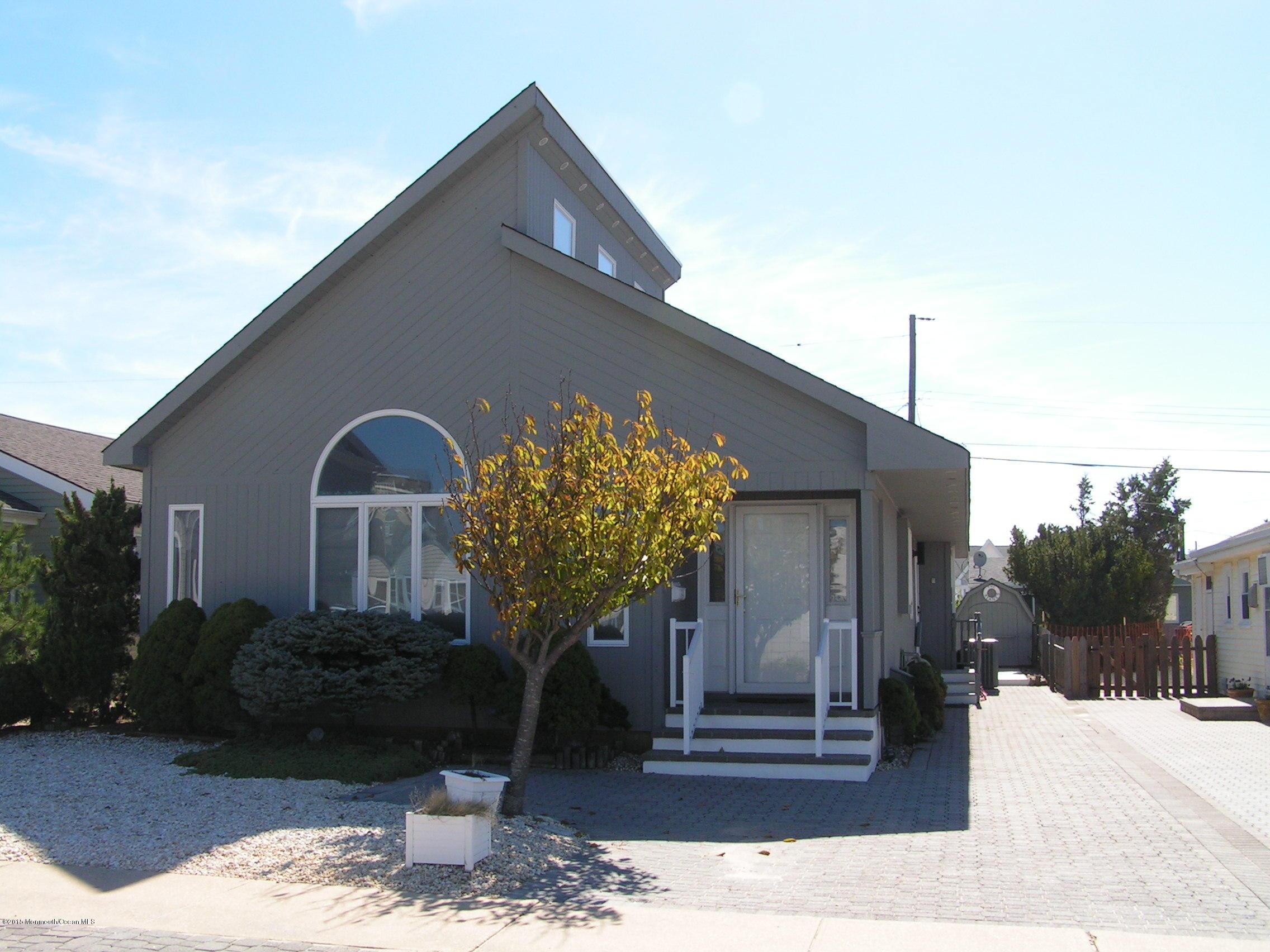 Photo of home for sale at 29 Las Vegas Road Road, Lavallette NJ