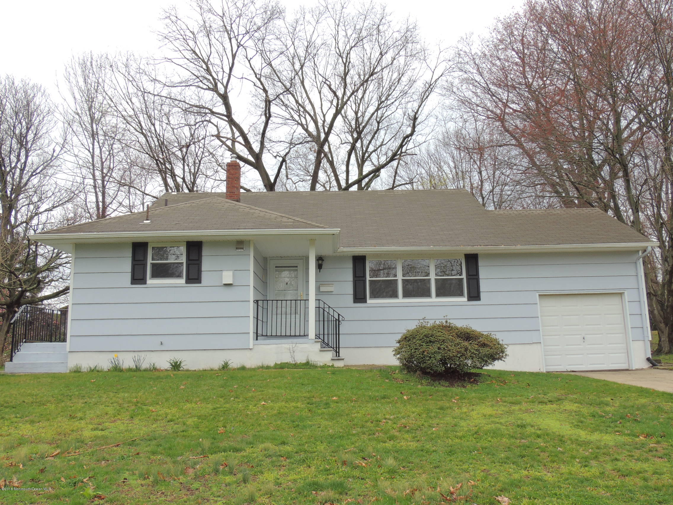 Photo of home for sale at 27 Chestnut Ridge Road Road, Holmdel NJ