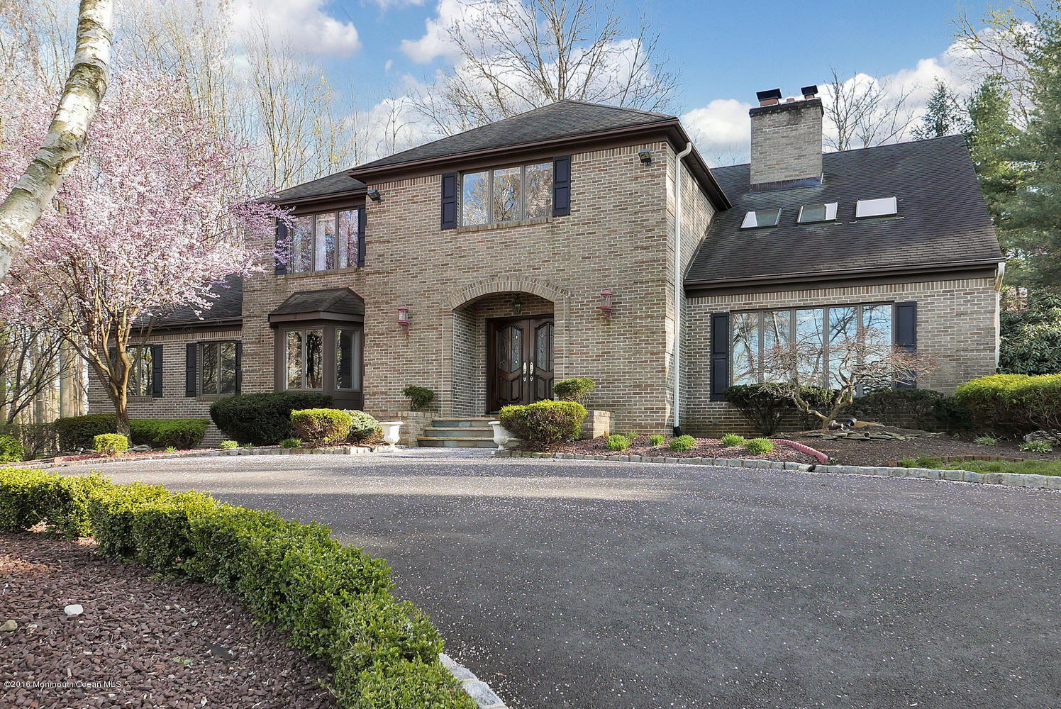 Photo of home for sale at 9 Chippewa Court Court, Holmdel NJ