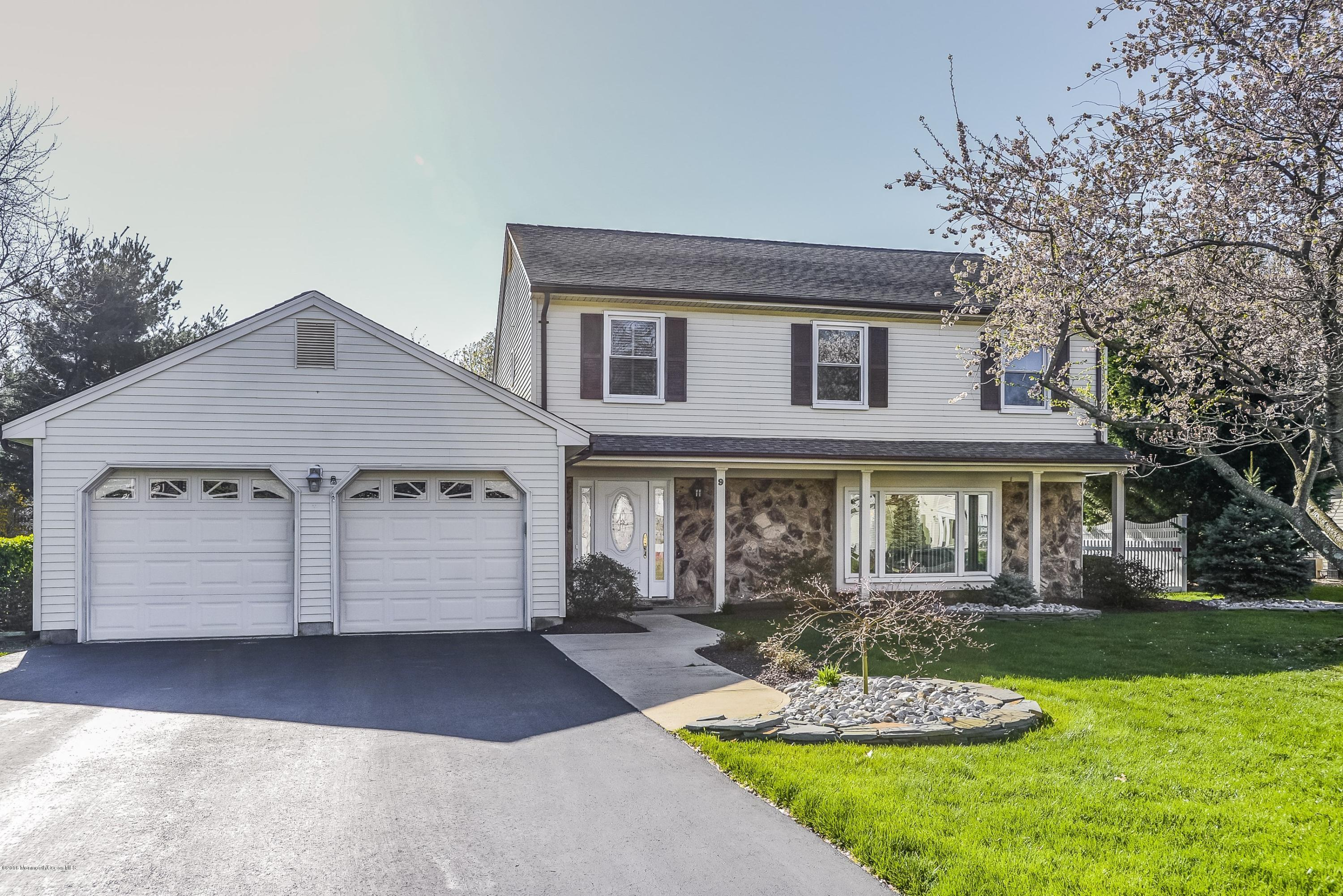 Photo of home for sale at 9 Green Leaf Way Way, Holmdel NJ