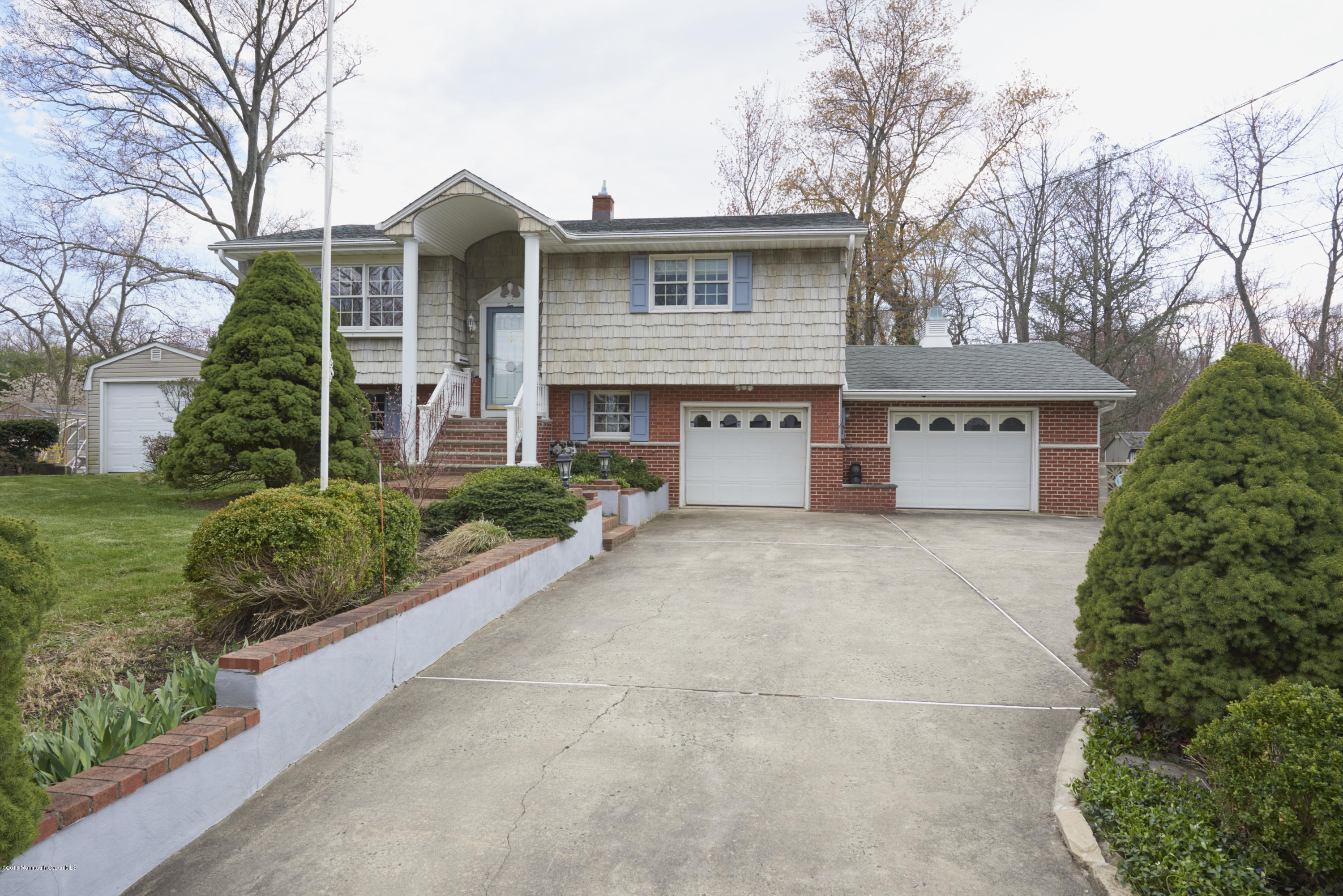Photo of home for sale at 10 Morris Avenue Avenue W, Belford NJ