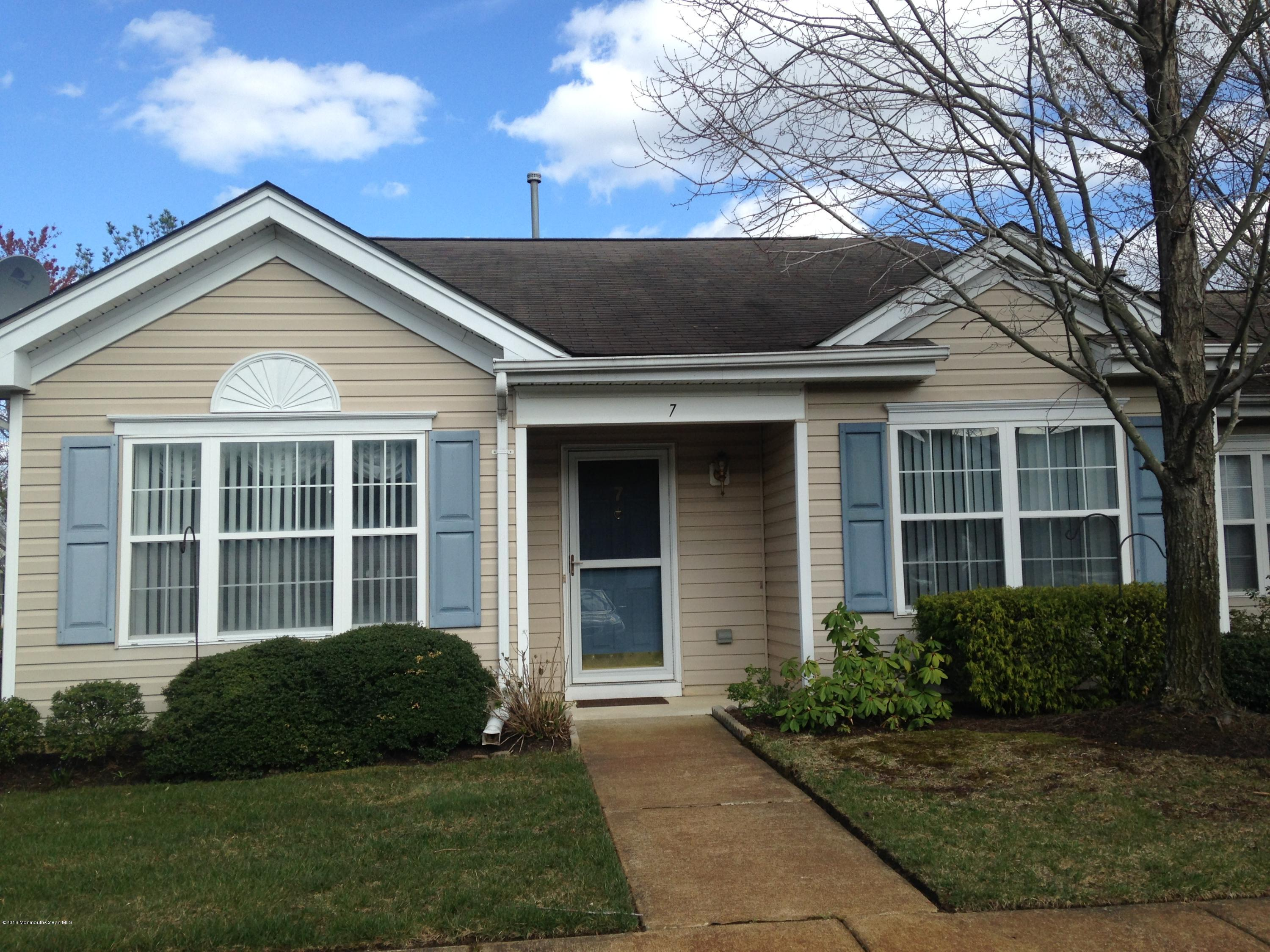 Photo of home for sale at 7 Sunnyfield Lane Lane, Lakewood NJ