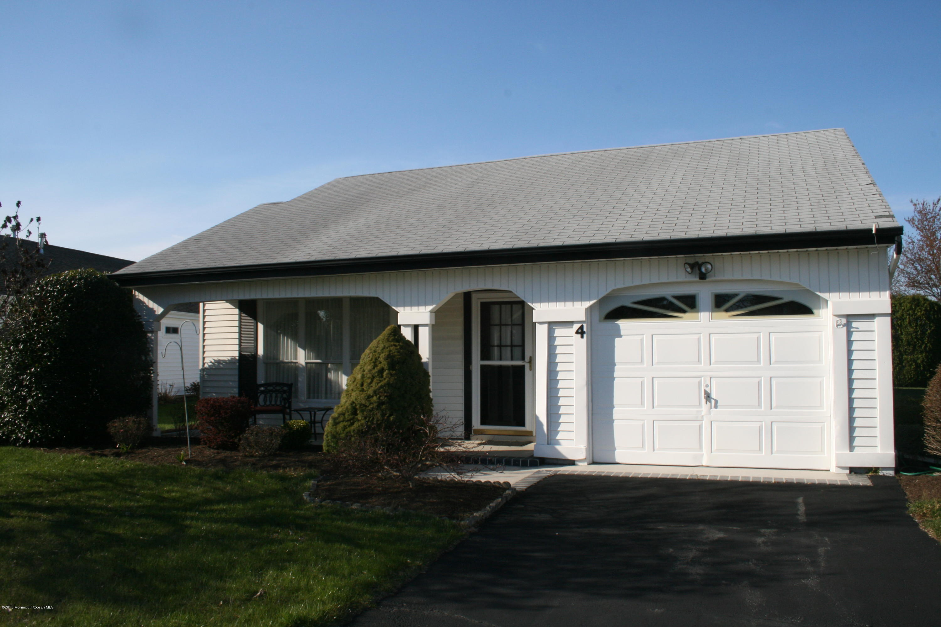 Photo of home for sale at 4 Knoll Circle Circle, Manchester NJ