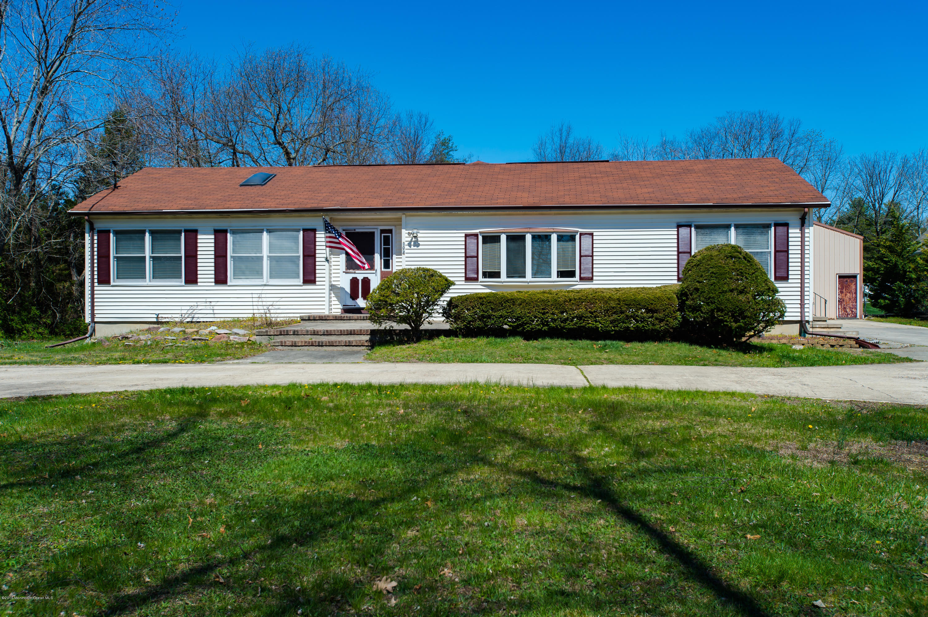Photo of home for sale at 194 Veterans Highway Highway W, Jackson NJ