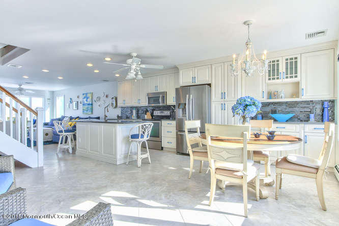 Photo of home for sale at 11 Cove Point Road Road, Toms River NJ