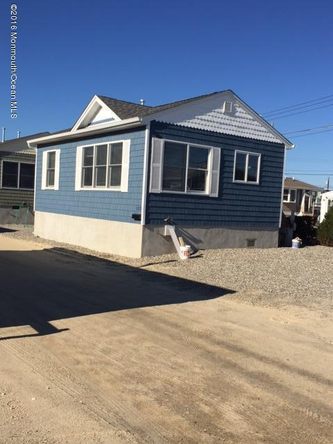 Photo of home for sale at 102 Pompano Way Way W, Lavallette NJ