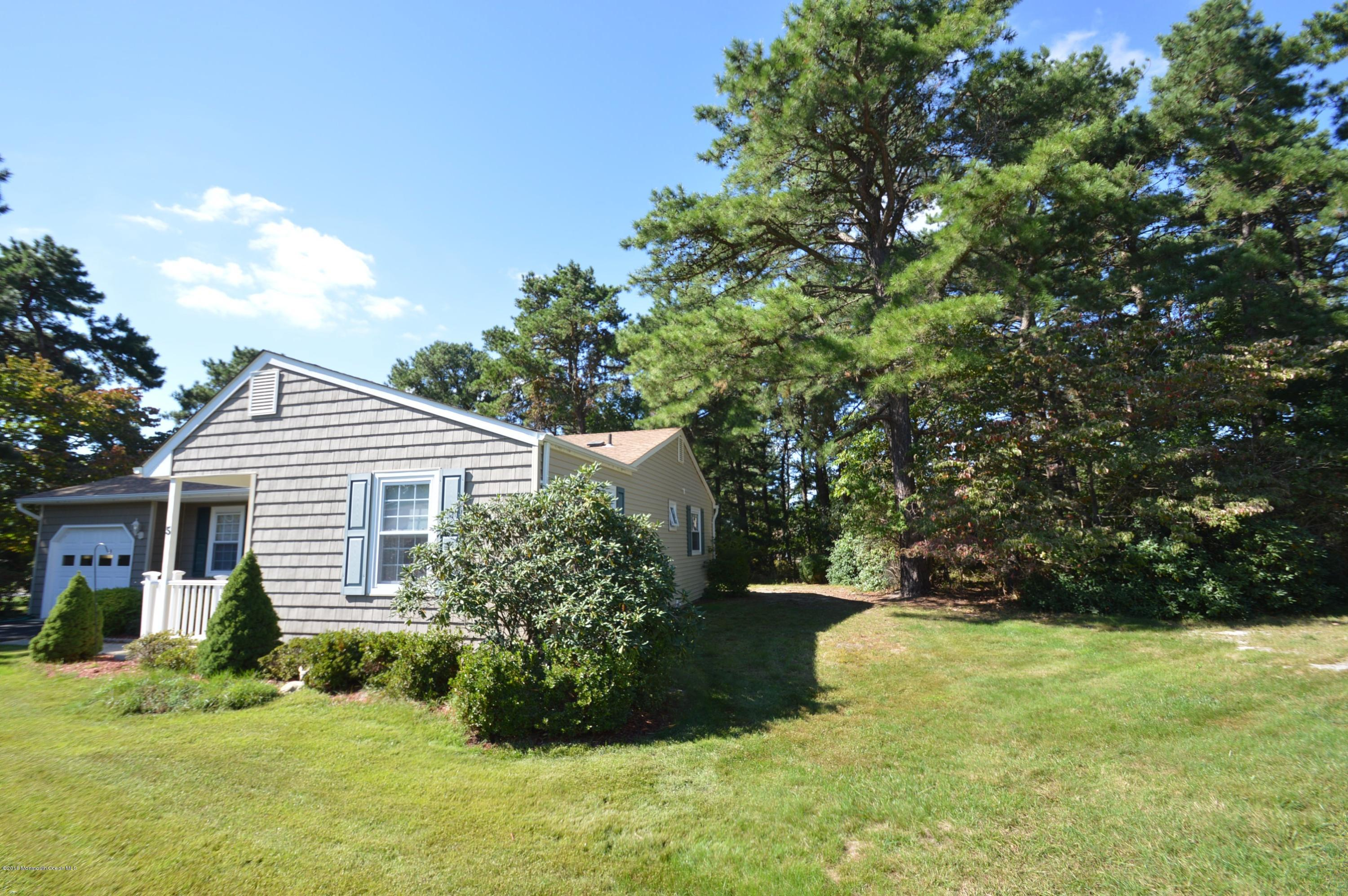 Photo of home for sale at 5 Darien Court Court, Whiting NJ