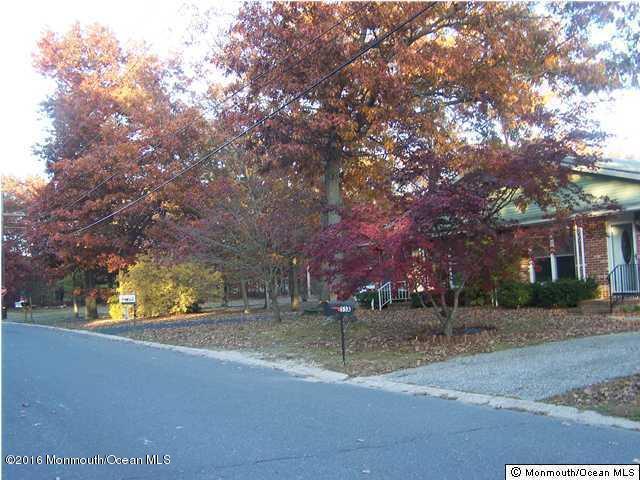 Photo of home for sale at 55b Dogwood Road Road, Manahawkin NJ