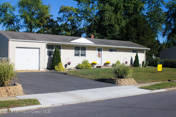 Photo of home for sale at 9 Maple Lane Lane, Howell NJ