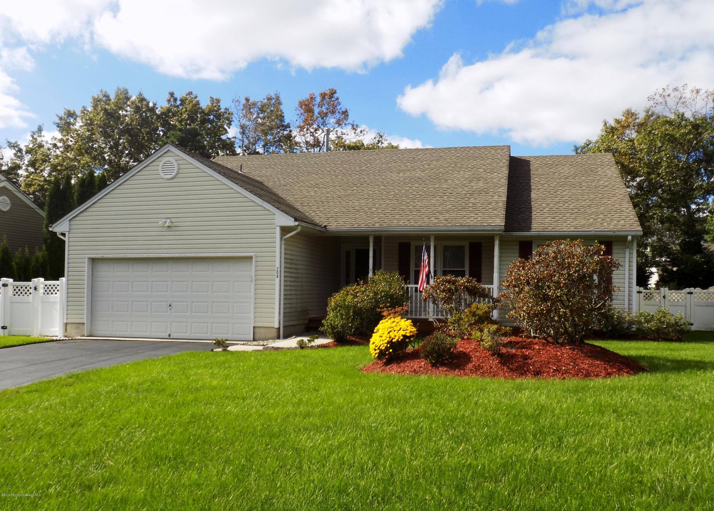 Photo of home for sale at 208 Schooner Road Road, Manahawkin NJ