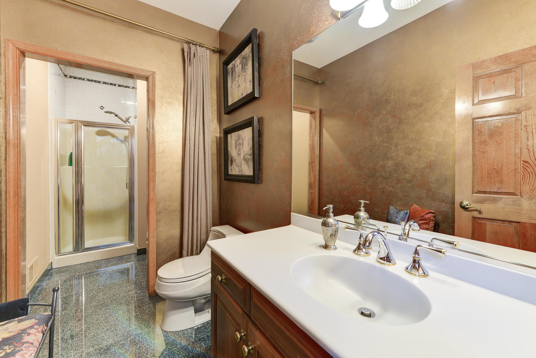 En-Suite/Hallway Full Bathroom