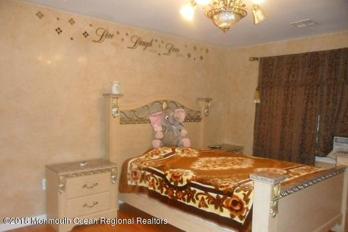 489 E Freehold Rd bedroom