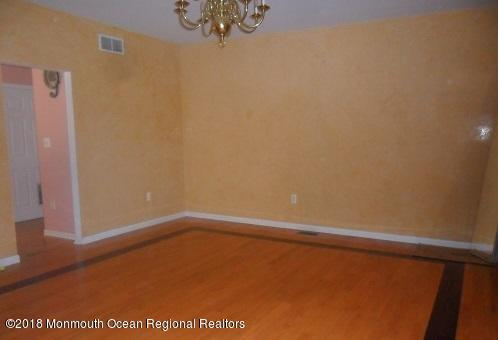 489 E Freehold Rd dining rm