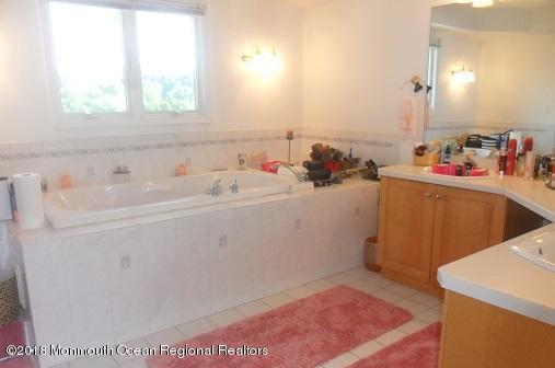 489 E Freehold Rd Master Bath2