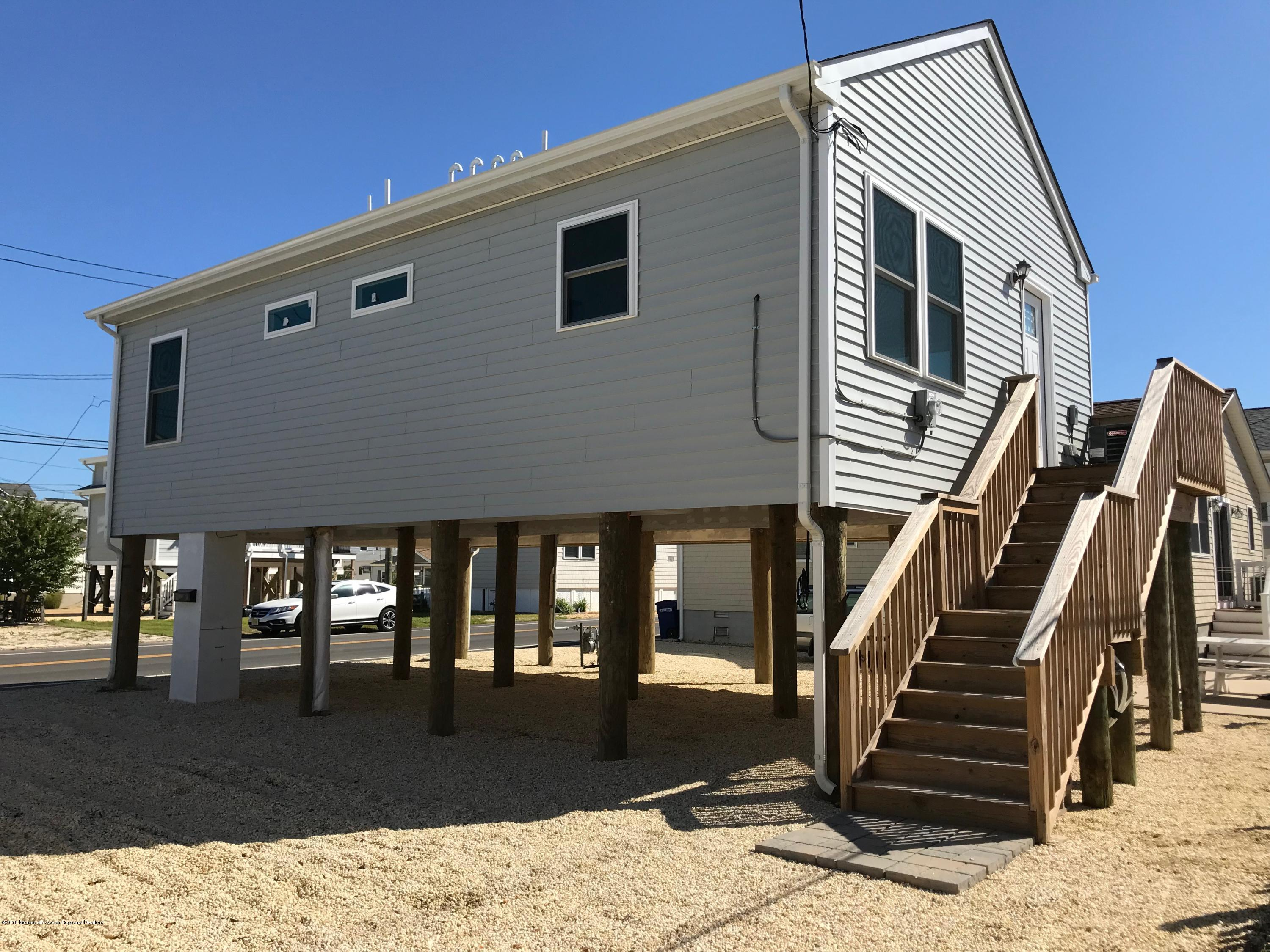 121 W Bay View Drive - Picture 1