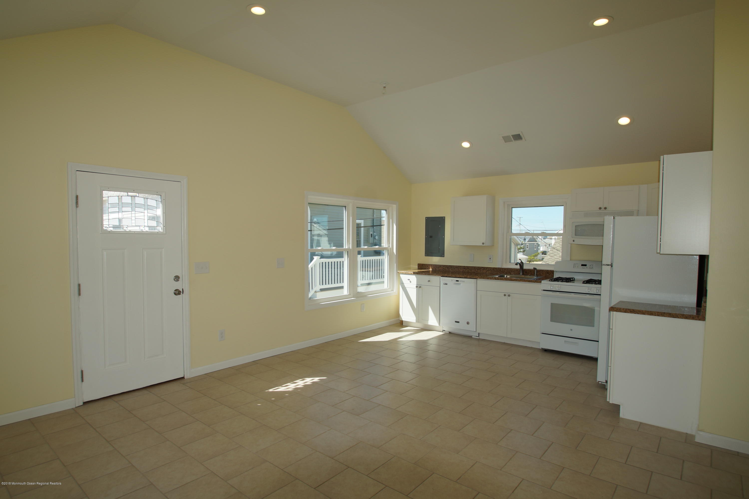 121 W Bay View Drive - Picture 3