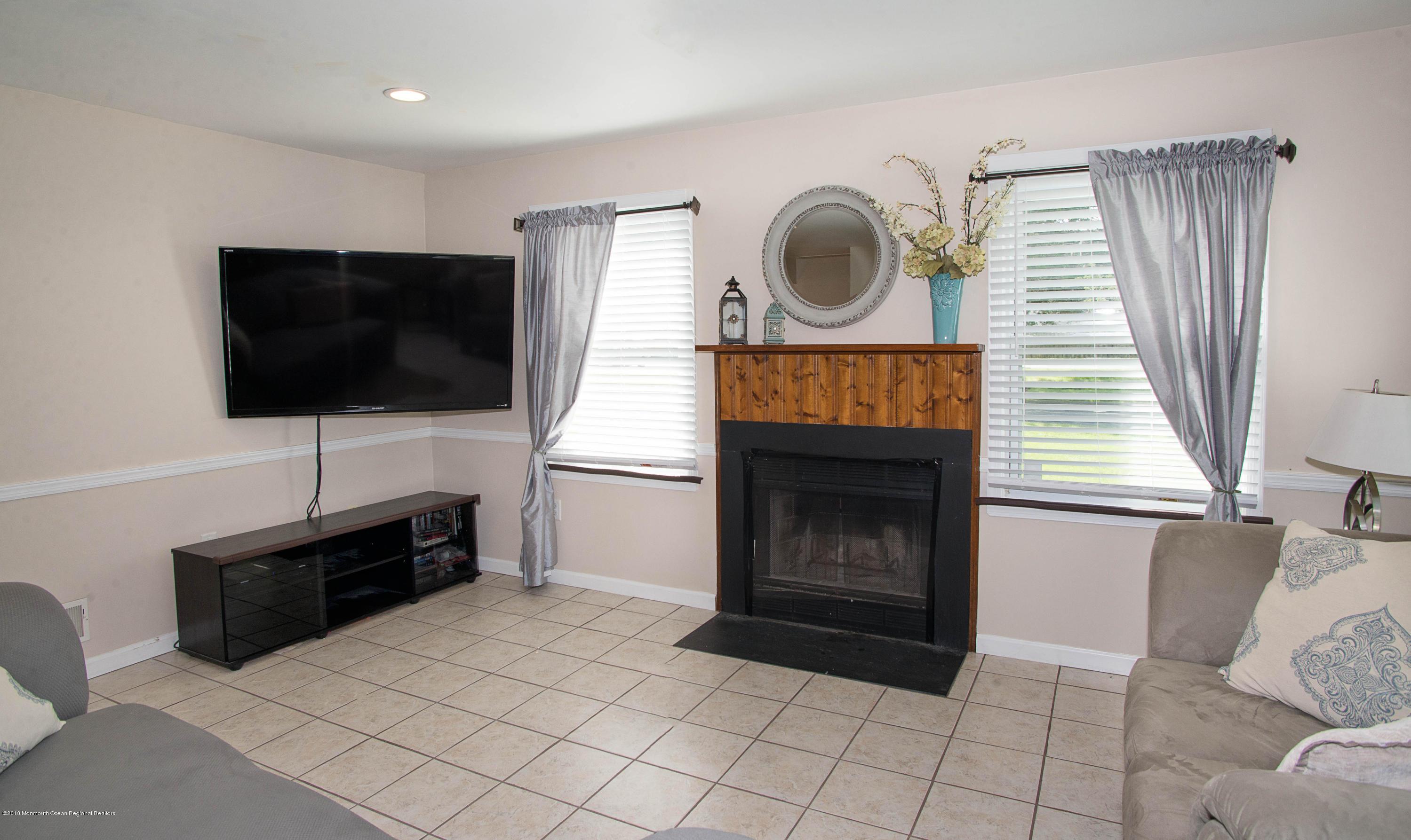 _RMJ7384.jpg living room