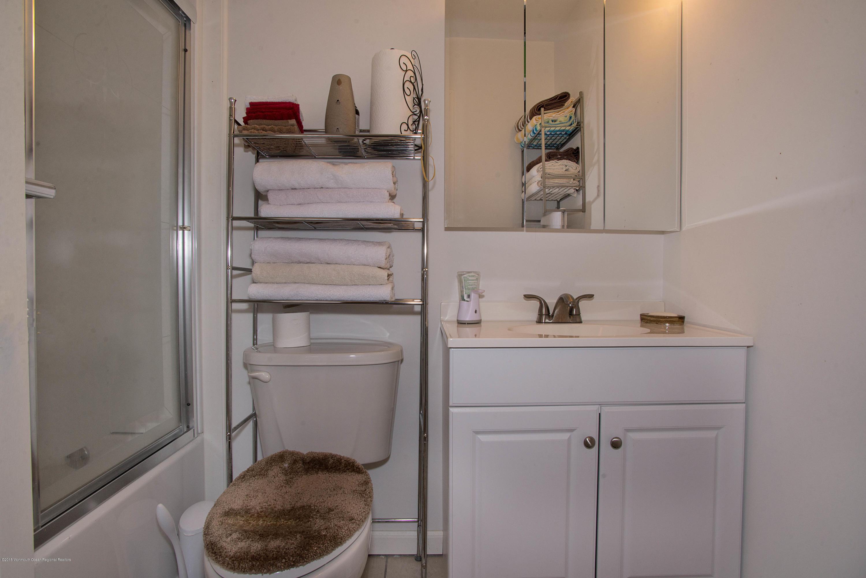 _RMJ7260.jpg 2nd bathroom