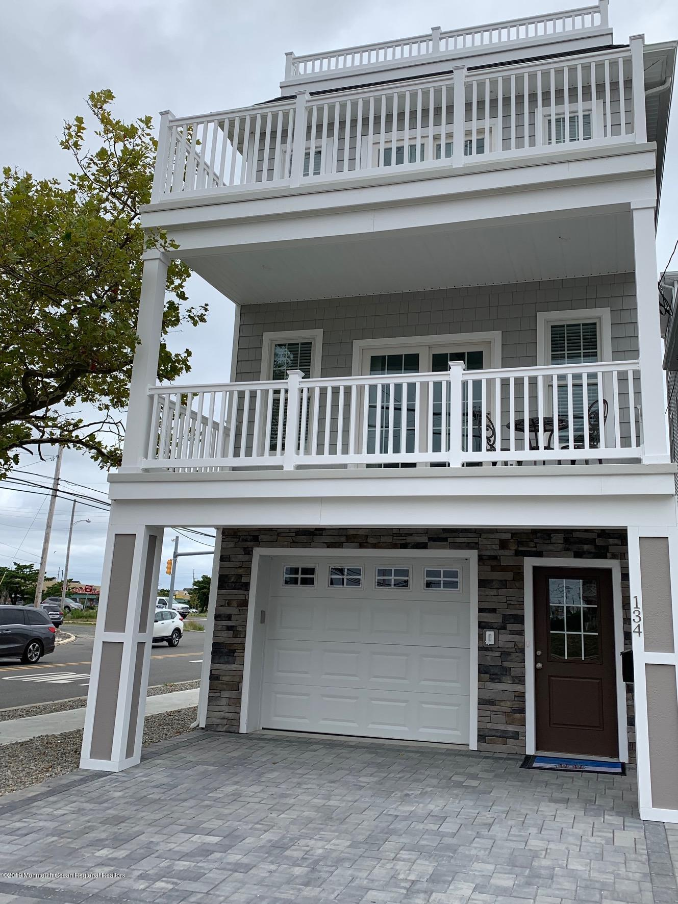 Front Incl Rooftop deck and Sunroom