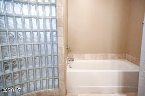 Main Level Bathroom Shower/Tub