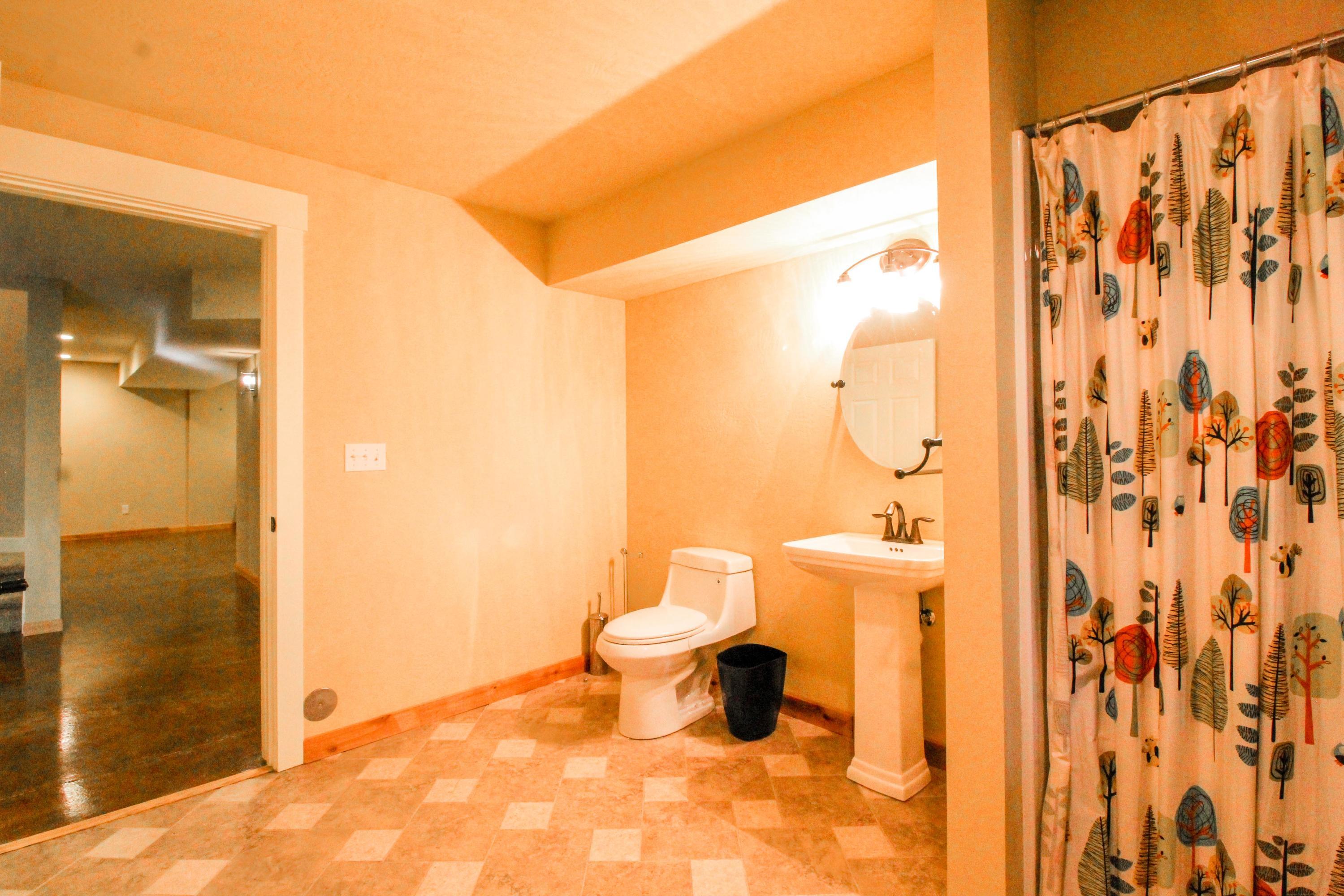 90 Irish Bend - Lower 3/4 Bathroom