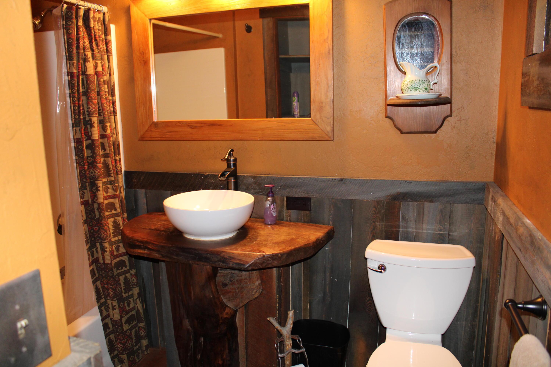 Trapper's Cabin full bathroom