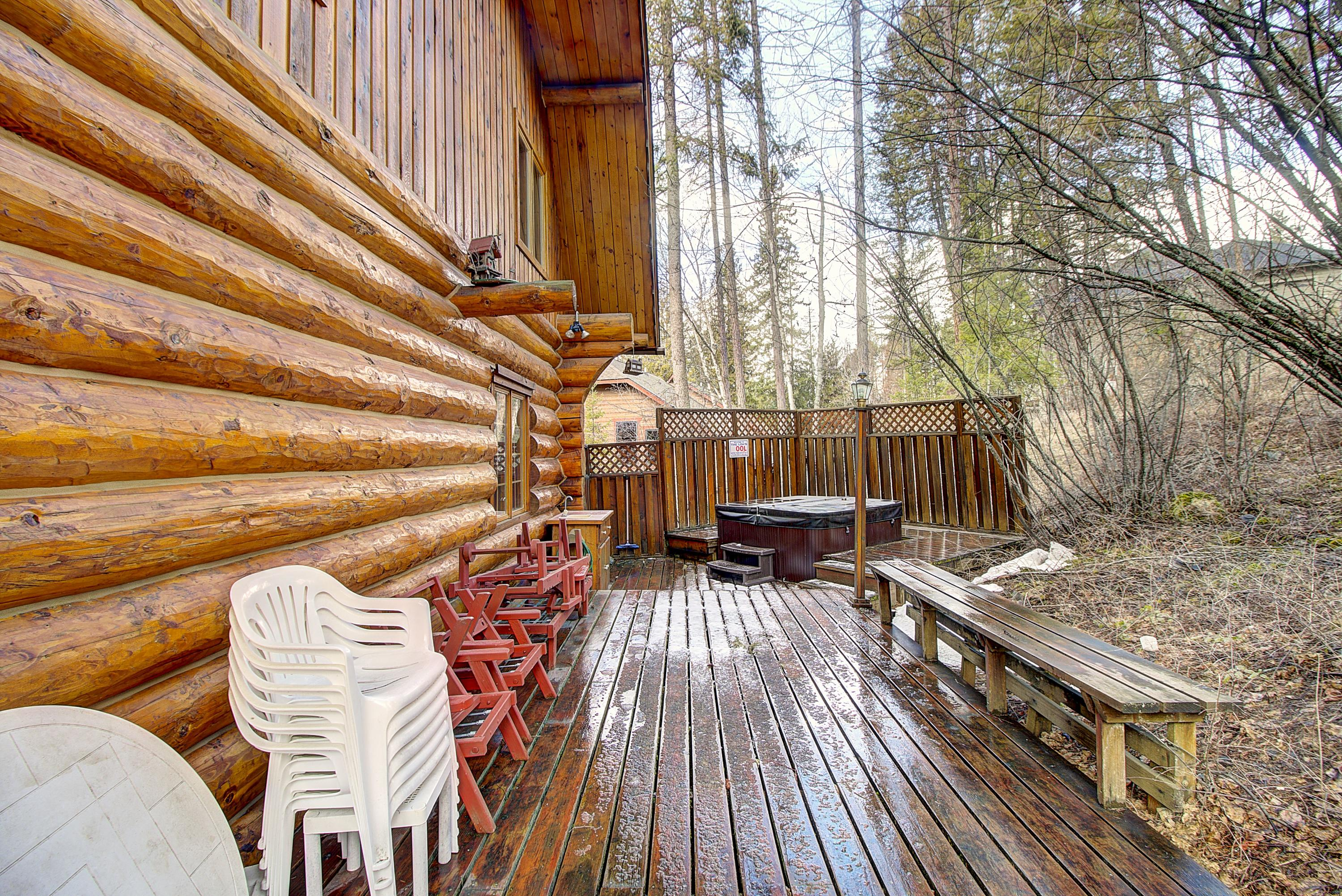 28.Spacious Deck in Back of Home with Ho