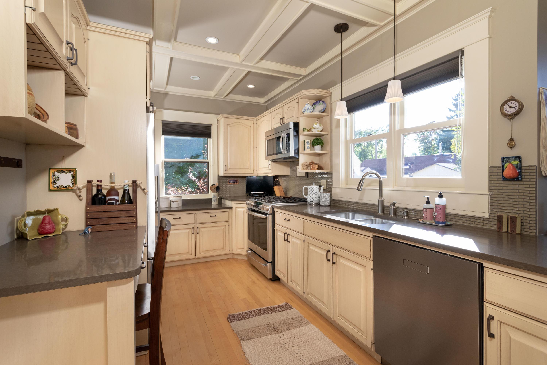 Bright newer kitchen